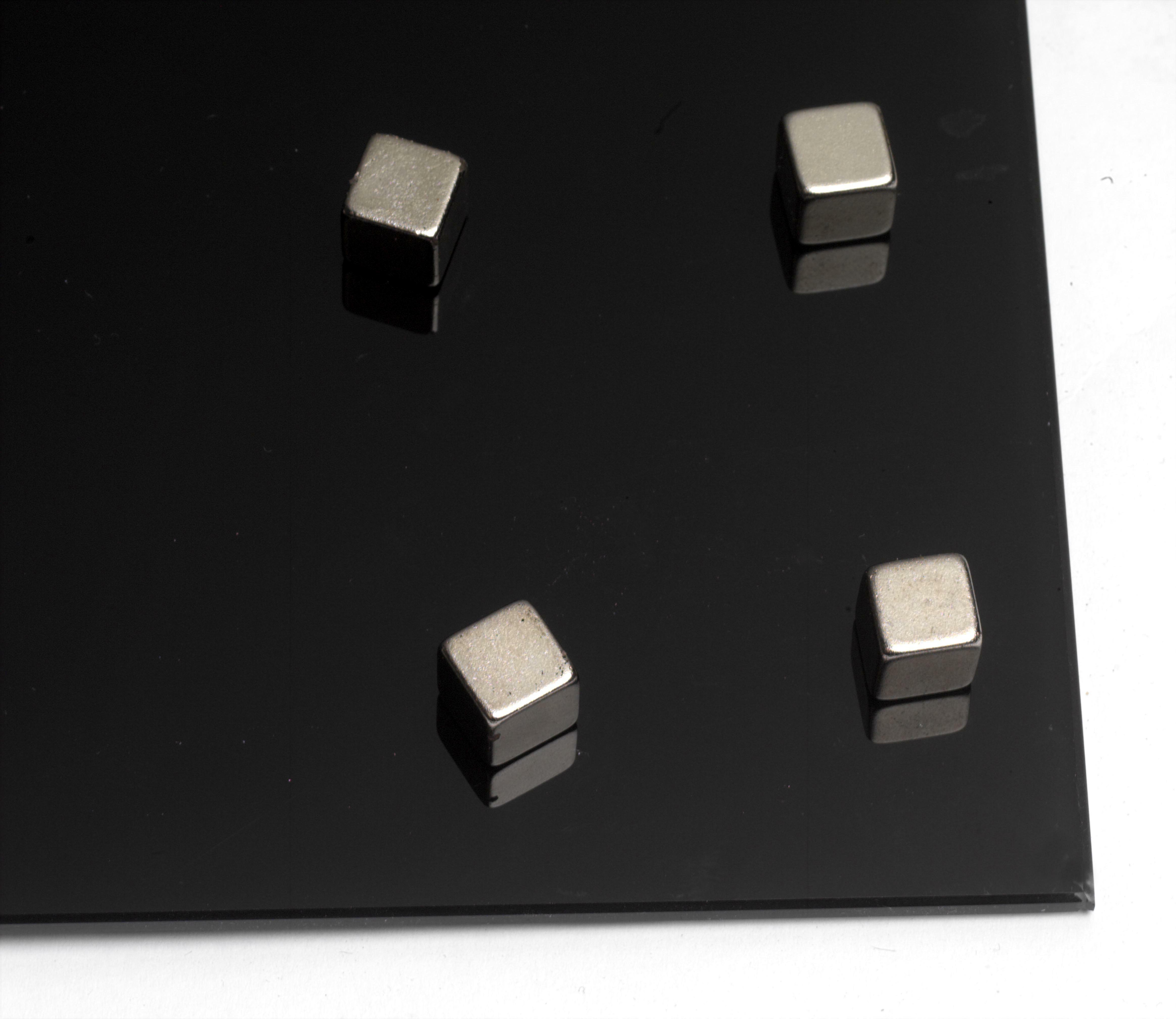 Super silné magnety na skleněné tabule - 10 x 10 x 10 mm / 4 ks - tvar krychle